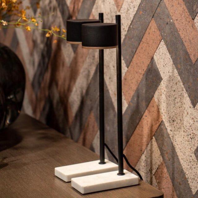 Par de luminárias de mesa Ducha em aço carbono preto e base de mármore branco. Desenho assinado pelo designer @rodrigokhuri