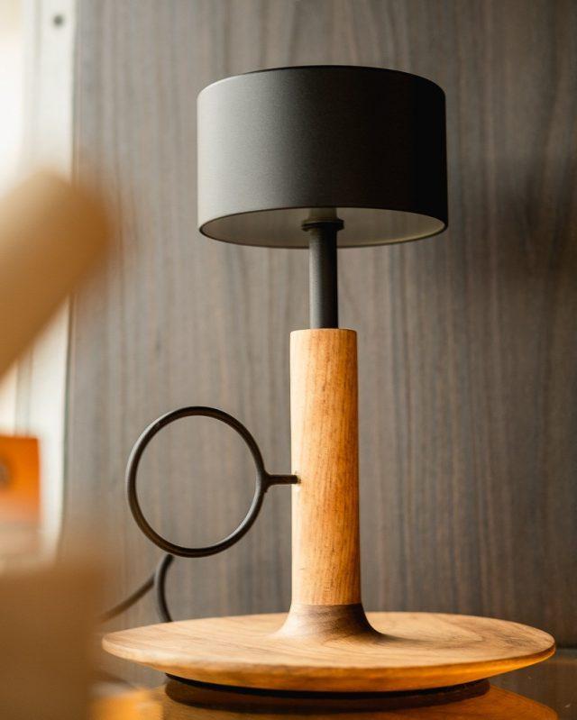 Inspirada pelo minimalismo japonês, a coleção Vela utiliza materiais quentes (como a madeira) e frios (como o alumínio) em total equilíbrio. A luminária Vela de mesa está na Mostra Decorare, em parceria com a @ornohomedecor  Design: @viniciussiega  Foto: @andressalotes.foto